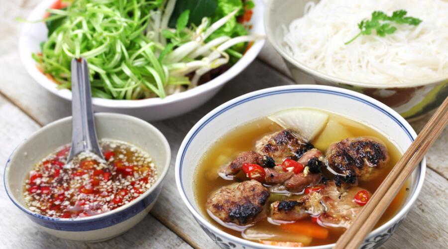 Какие продукты и блюда популярны во вьетнамской кухне?