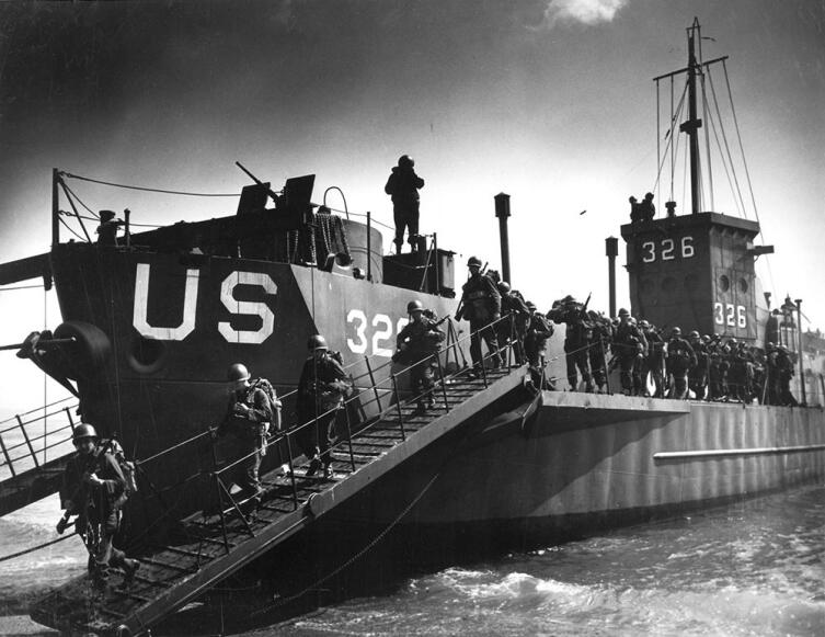 Учения морского десанта с высадкой на берег с малого десантного корабля LCI. Англия. 1944 г.