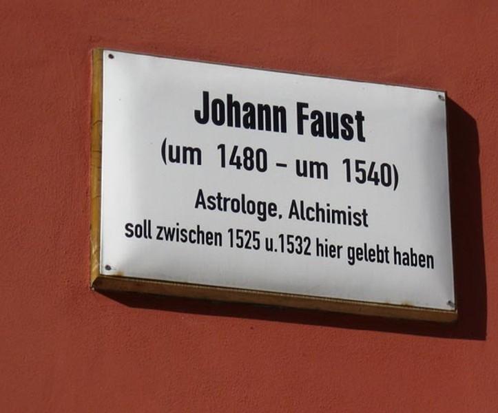 Мемориальная доска на доме Фауста в Виттенберге (Германия). Еще один дом -  в Праге