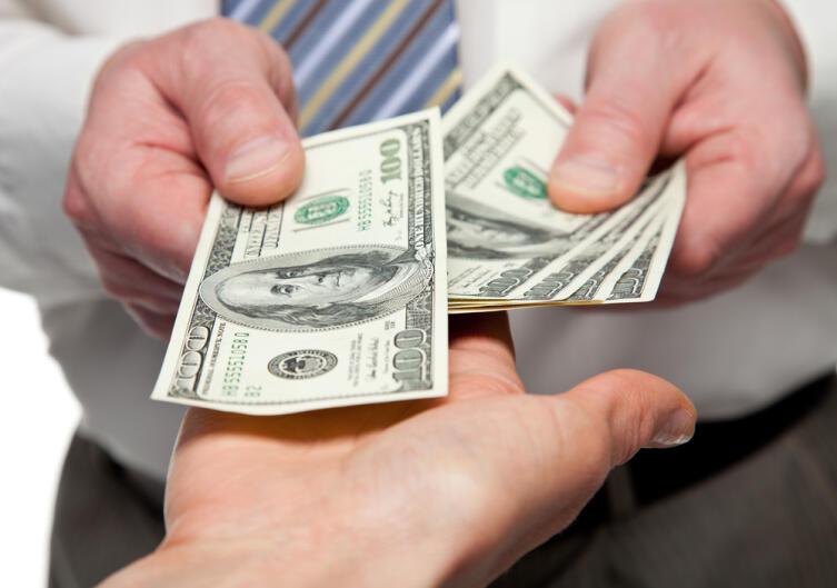Нам говорили: «Деньги — зло! Не златом славен человек, а делами!»