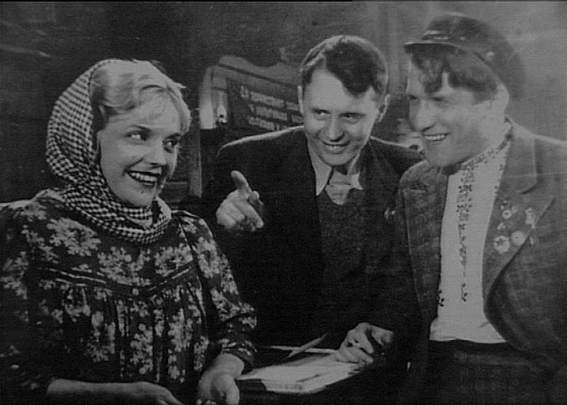 Марина Ладынина, Иван Пырьев (по центру) и Николай Крючков на съемках к/ф «Трактористы»