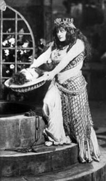 Саломея с головой Иоанна Крестителя. Сцена из оперы Штрауса, постановка  в Нью-Йорке