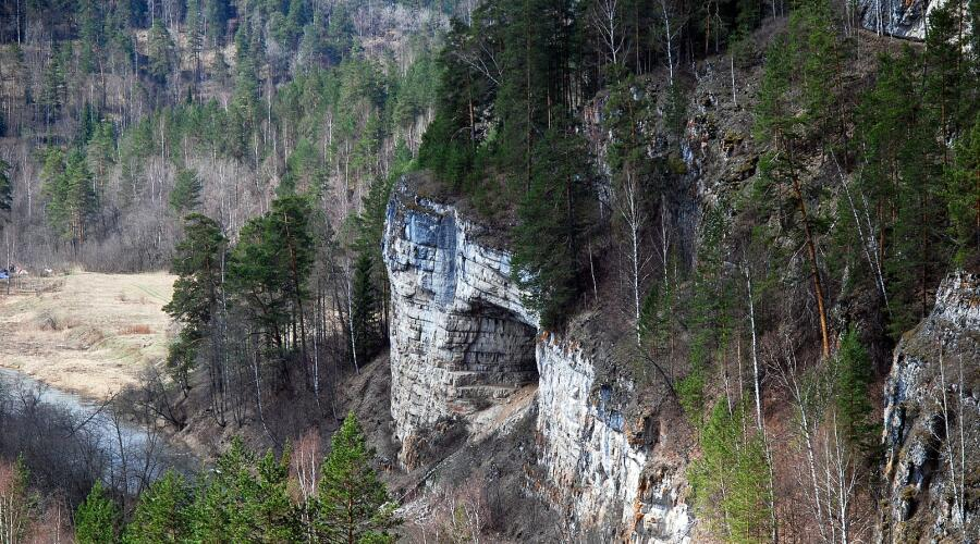 Река Сим и вход в Игнатьевскую пещеру