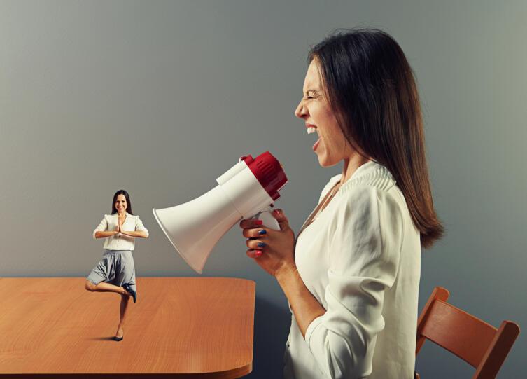 Если рядом с вами находится женщина в истерике — не отвергайте ее, а проявите понимание и сочувствие к ее чувствам