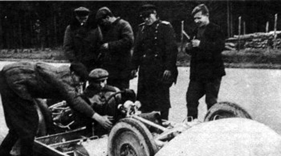 Подготовка к старту «Звезды-1». За рулем А. И. Пельтцер. 1946 г.