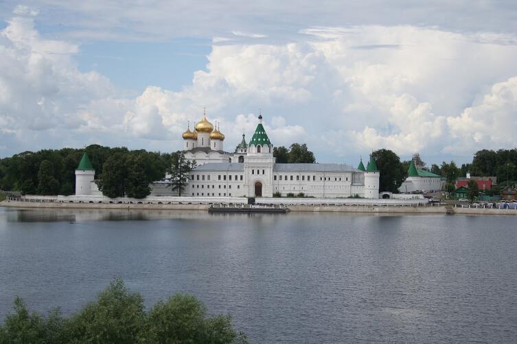 Ипатьевский монастырь (вид с противоположного берега старого русла реки Костромы)