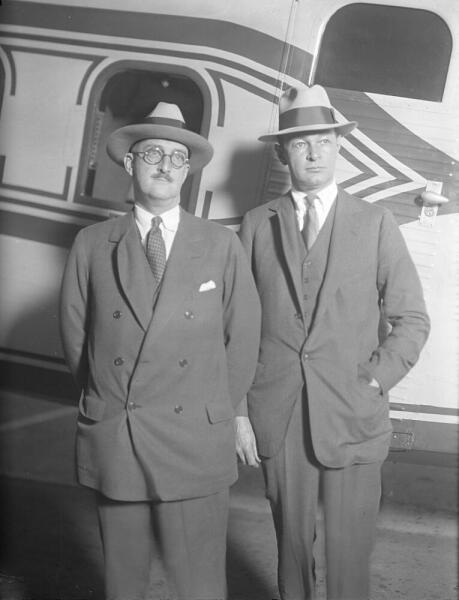Уильям Боинг (слева) у одного из своих самолетов в 1929 г.