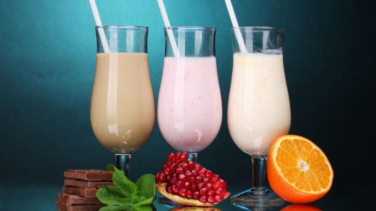 Как приготовить прохладительный молочный коктейль с мороженым, ягодами и фруктами?
