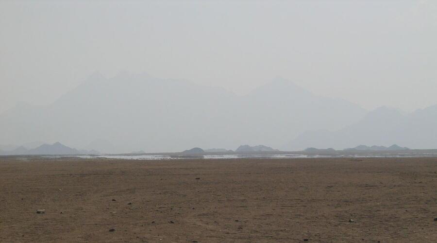 Мираж (зеркальная гладь воды) в Аравийской пустыне