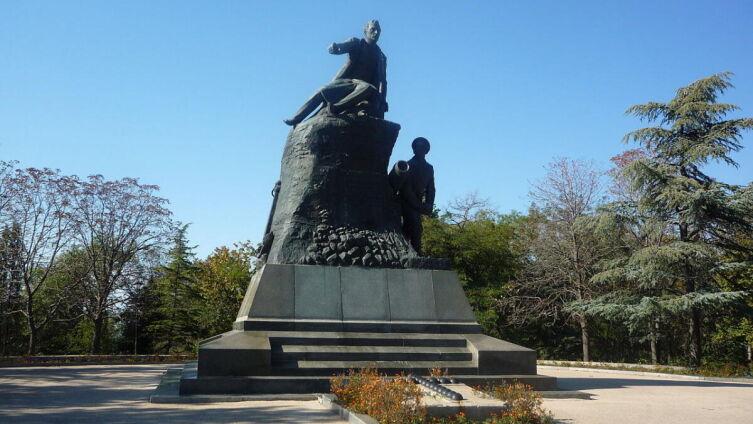 Памятник Корнилову на месте его смертельного ранения. Внизу справа матрос РИФ Пётр Кошка