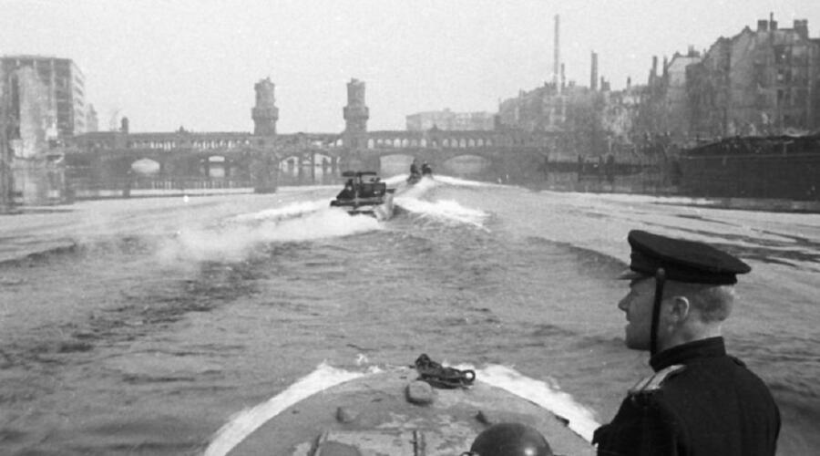 Полуглиссеры Днепровской военной флотилии на Шпрее в Берлине около моста Обербаумбрюкке