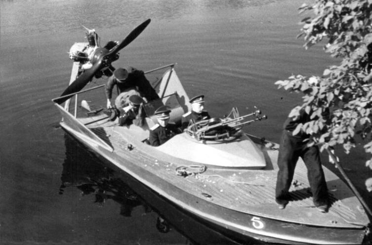 Советские офицеры и экипаж в аэроглиссере типа НКЛ-5 с бортовым №5 из состава Днепровской флотилии