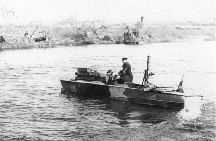 Полуглиссер ПГ-78 Днепровской военной флотилии перевозит снаряды под Пинском