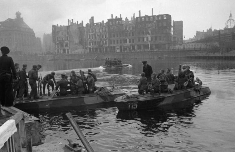 Полуглиссеры Днепровской военной флотилии переправляют войска через реку Шпрее в Берлине