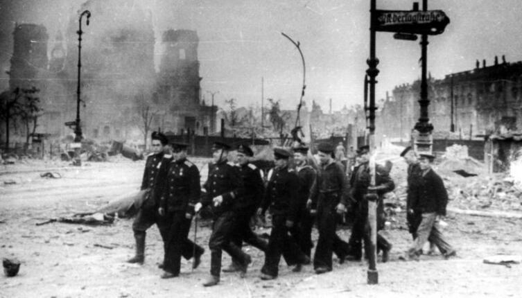 Моряки Днепровской военной флотилии идут возле Берлинского кафедрального собора