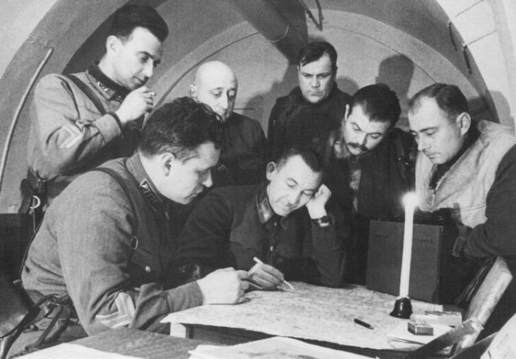 Командир 2-го кавалерийского корпуса генерал-майор П.А. Белов проводит совещание с офицерами