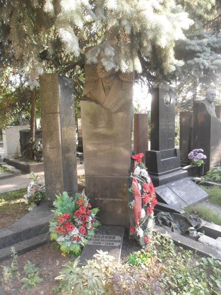 Могила Белова на Новодевичьем кладбище Москвы