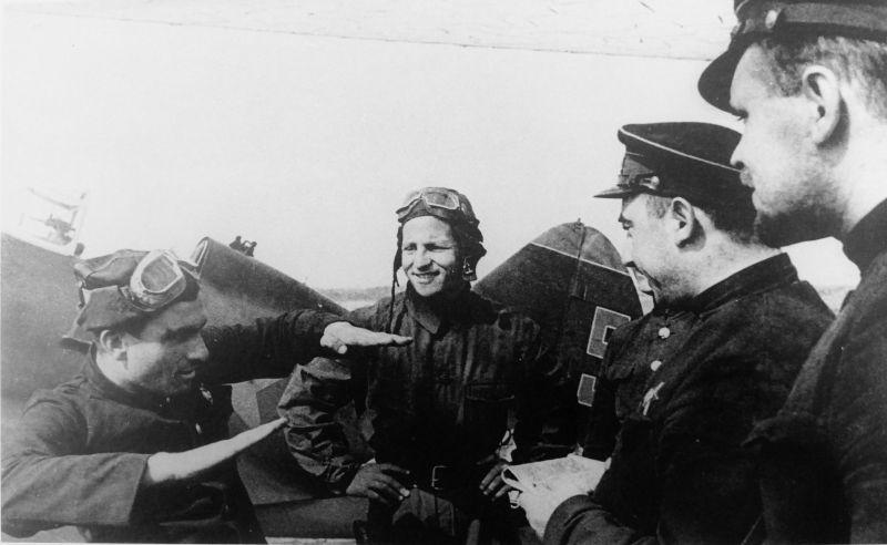 Летчики 13-го истребительного авиполка ВВС Краснознаменного Балтийского флота обсуждают приемы воздушного боя у истребителя И-16. Cлева стоит заместитель командира 2-й эскадрильи лейтенант Петр Антонович Бринько