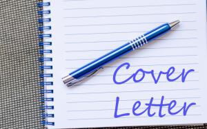 Резюме - это перечисление ваших квалификаций, мест работы, законченных учебных заведений. Cover letter - емкое обращение к работодателю, призывающее обратить его внимание именно на вас.