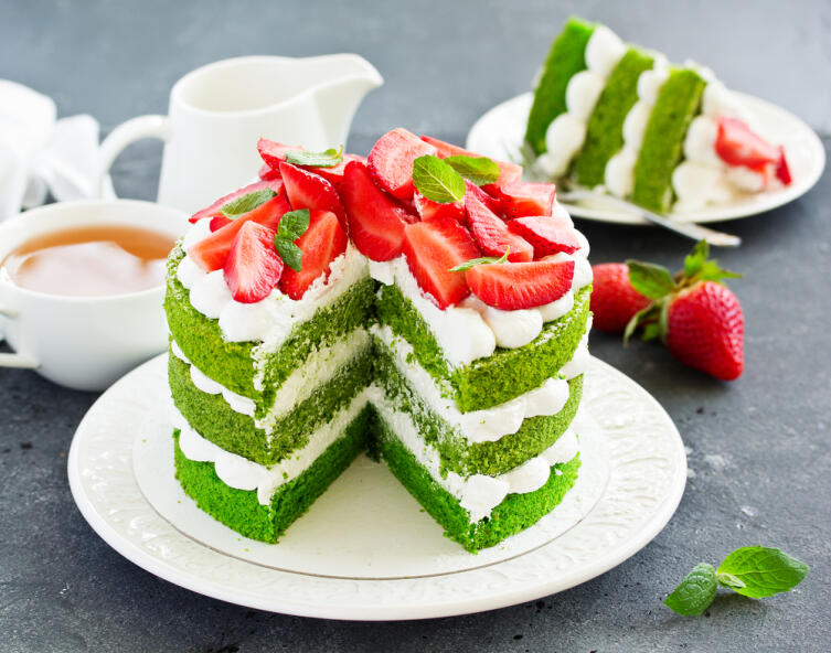 Летние десерты. Как приготовить шпинатный торт с клубникой?