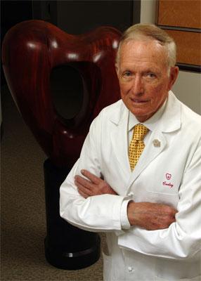 Дентон Кули, американский кардиохирург, который провел первую в мире операцию по пересадке человеку искусственного сердца