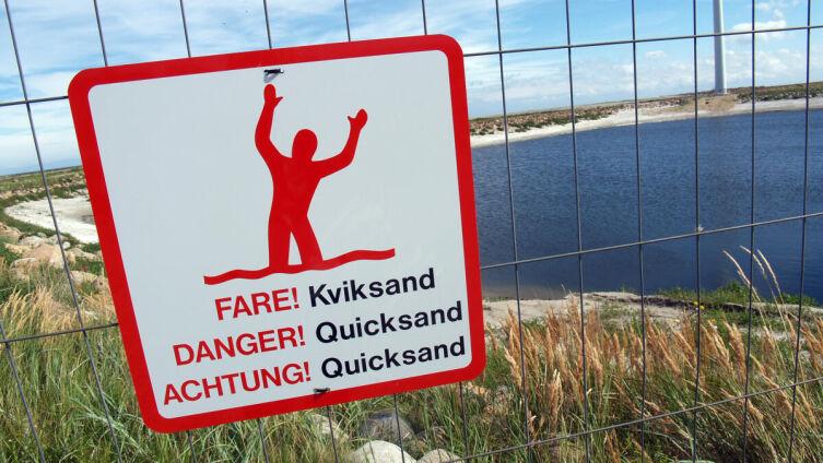 Предупреждающий знак возле зыбучих песков