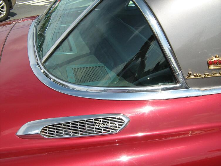 Imperial модели 1953 года с установленным кондиционером AirTemp. Видны внешние воздухозаборники на задних крыльях, а на полке за задним сиденьем — внутренние воздухозаборники (по бокам) и направляющая решётка, задающая направление потока воздуха. Отражаясь от потолка, поданный через неё холодный воздух опускался сверху вниз на пассажиров, равномерно охлаждая салон без создания сквозняка