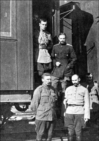 Генерал Каппель у штабного вагона, 1918 г.