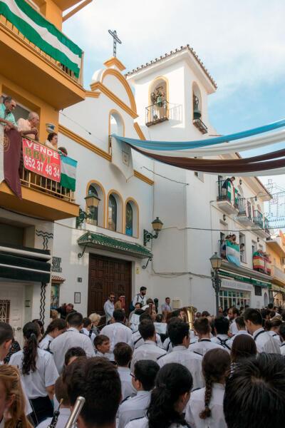 Начало крестного хода у прихода Святой Девы Кармен
