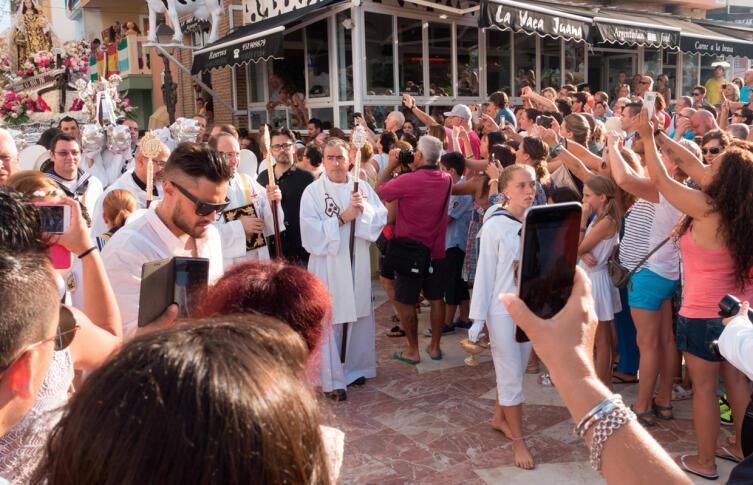Священники во главе крестного хода