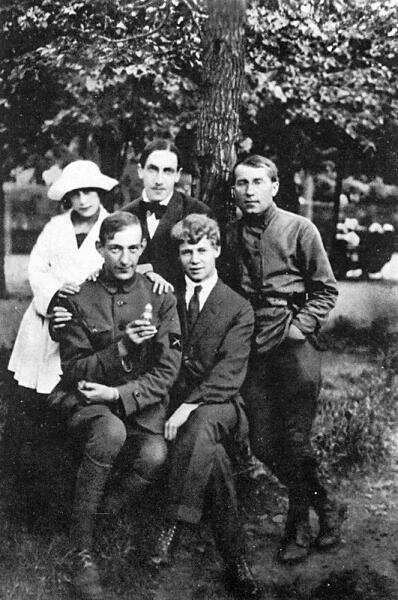 Яков Блюмкин (в первом ряду слева) и Сергей Есенин (справа)