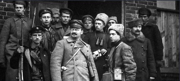 Лев Троцкий (в центре)