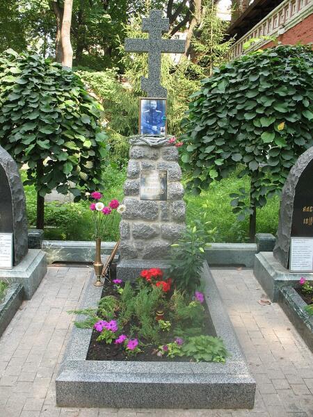 Могила на кладбище Донского монастыря (вид после реконструкции 2009 г.)