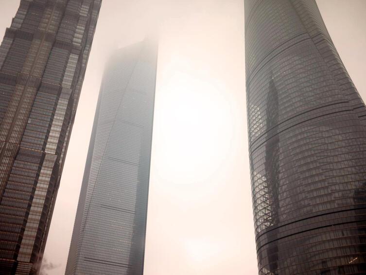 Шанхайский Всемирный финансовый центр (в середине) в окружении Шанхайской башни и Башни Цзинь Мао