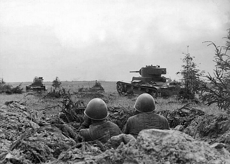 Танки Т-26 советской 105-й танковой дивизии атакуют немецкие позиции. Смоленское сражение, июль 1941 г.