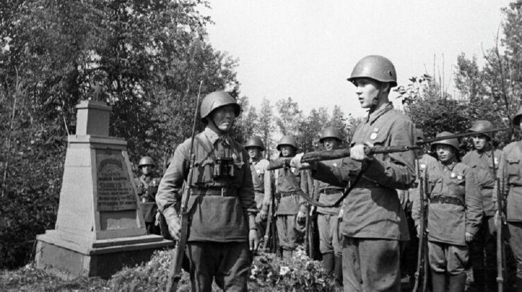 Снайпер С. Д. Номоконов вручает винтовку снайпера Т. С. Санжиева снайперу Б. К. Канатову