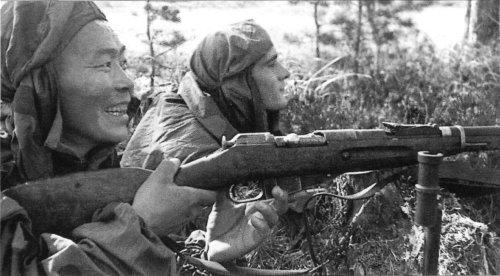 Номоконов на огневой позиции, 1943 год. Оригинальная подпись под фотографией: «Снайперы Номоконов и Канатов — лучшие в своей дивизии»