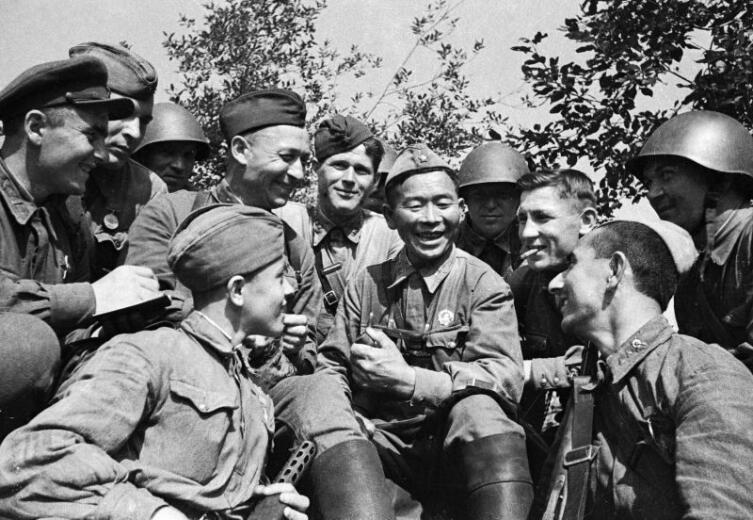 Легендарный снайпер Семен Номоконов на отдыхе с боевыми товарищами