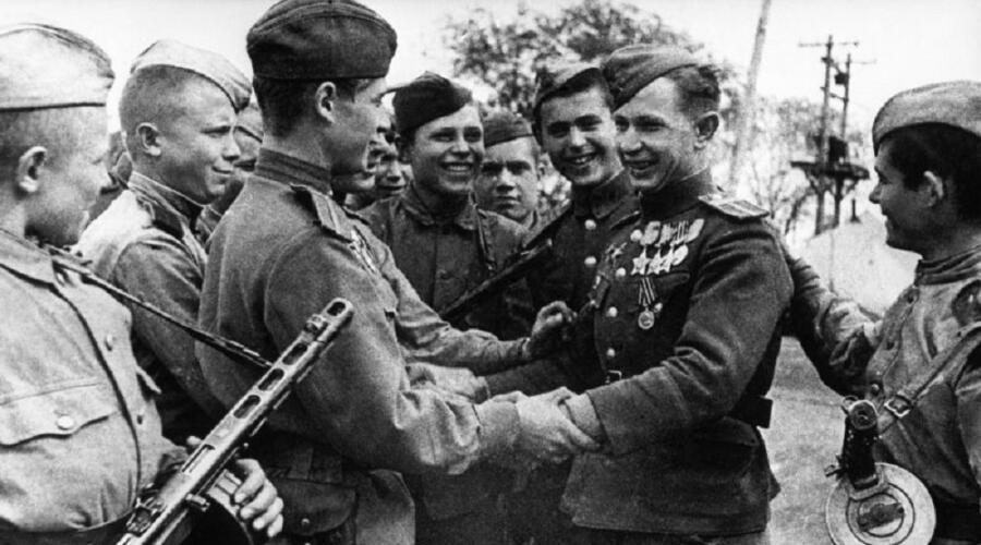 Товарищи поздравляют разведчика А. П. Афанасенко, ставшего полным кавалером Ордена Славы