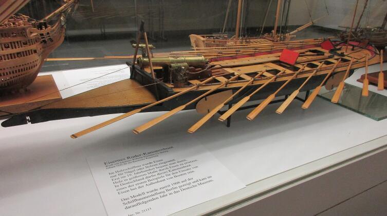 Гребная канонерская лодка с железным корпусом, построенная в 1842 г. в Данциге на верфи Иоганна Вильгельма Клавиттера по заказу правительства Российской Империи и вооружённая 3 носовыми и 1 кормовым орудием. Модель в Немецком Музее, г. Мюнхен, ФРГ
