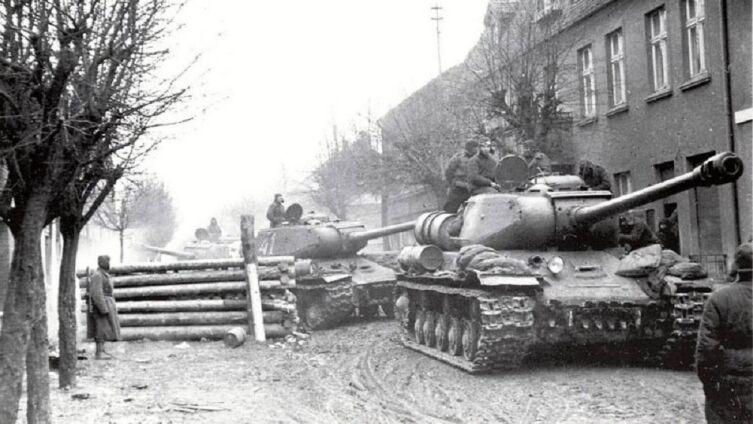 Колонна танков ИС-2 на улице города во время марша в Восточной Померании