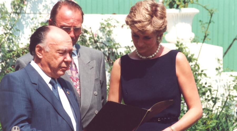 Александр Яковлев вручает принцессе Диане диплом лауреата Международной Леонардо-премии