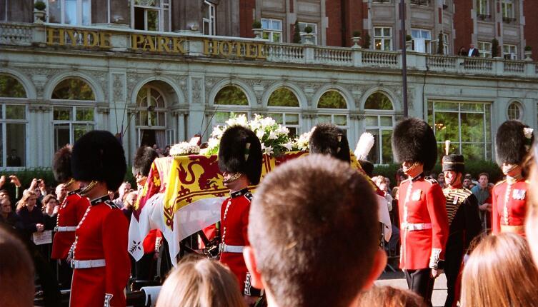 Гроб Дианы, задрапированный королевским штандартом с горностаевой каймой, пронесли по улицам Лондона по пути в Вестминстерское аббатство