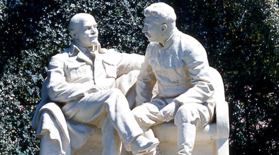 Потиражная гипсовая скульптура «Ленин-Сталин». Фото сделано в г. Сочи, но именно такая стояла в фойе Воронежского лесотехнического института