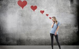Как ведет себя влюбленная женщина: учимся определять влюбленность по характерным признакам