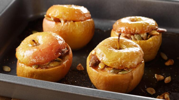 Что можно приготовить из яблок, кроме десерта?