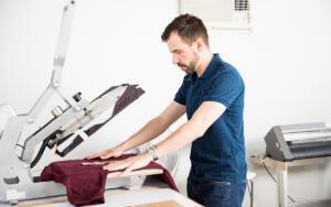 Как печатают рисунки на одежде?