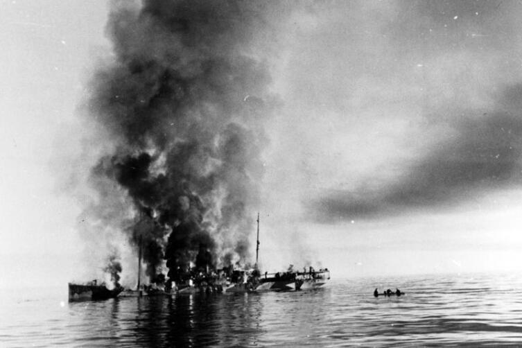 Советский ледокол «Александр Сибиряков» после боя с немецким крейсером «Адмирал Шеер»