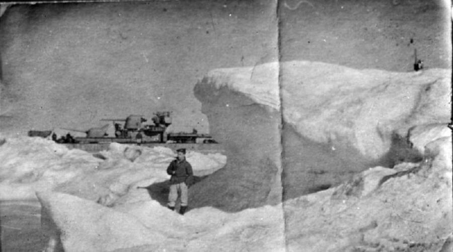 Советский матрос на льдине в Чукотском море на фоне эсминца проекта 7 «Разумный». Фотография сделана в ходе перехода кораблей Тихоокеанского флота в составе конвоя ЭОН-18 на Северный флот Северным морским путем