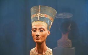 Почему Нефертити стала символом не только женской красоты, но и мудрости?